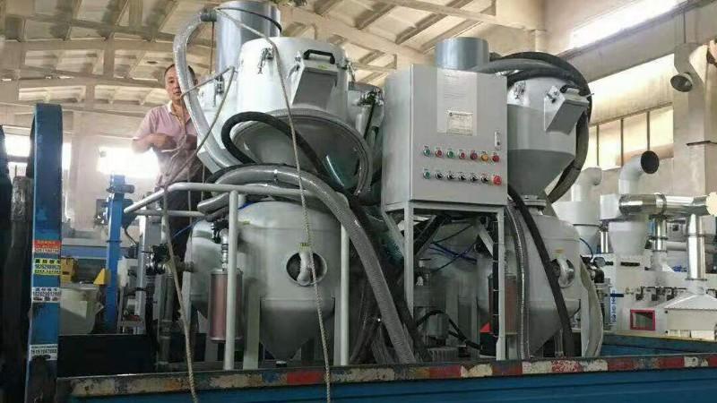江阴客户定制四罐一体环保回收喷砂机正在装车发货中!